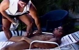 Ciccione maturo si sega e succhia il cazzo nella piscina ad un maschio muscoloso