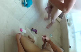 Masturbazione alla doccia con due giovani che vogliono farsi inculare hard
