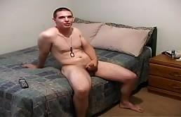 Un tip solid se masturbeaza si se freaca la gaoaza