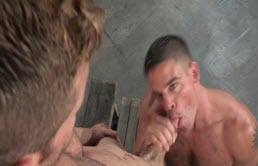 Fellation et sodomie hardcore avec deux gays musclés