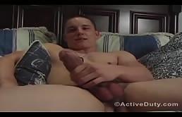 Chaud branleur masturbe sa grosse bite