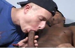 Sexo anal interracial en el sofá