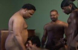 4 negrii stau la rand sa traga la muie si sa arda anal un tip de 18 ani