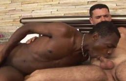 Maturo gay va pazzo per il cazzo nero