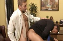 Sexy secrétaire baisé par le patron excité