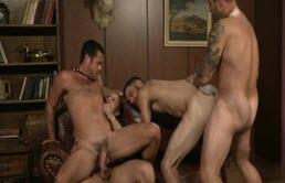 Un activ si trei versatili intr-o orgie fierbinte