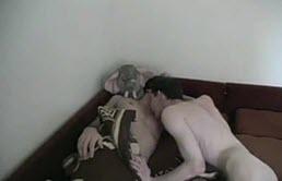 Homosexuales despiertan abrazados