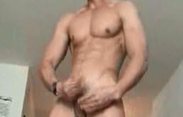 Masturbation avec un mec musclé