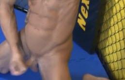 Beau gay musclé se masturbe sur le ring