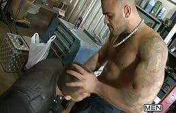 Barbat musculos fute dur un bulangiu pasiv