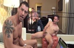 Tres musculosos se masturban en una habitación