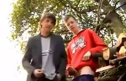 Doi tineri de 18 ani se masturbeaza in padure