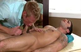 Massaggiatore ingordo fa un bocchino deepthroat
