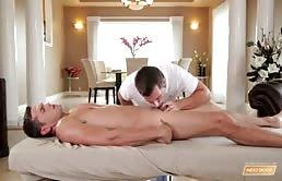 Luke Milan face sex pe masa de masaj