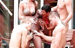 Orgía interracial y bisexual en la terraza