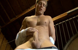 Un gagiu se duce in beci si incepe sa se masturbeze
