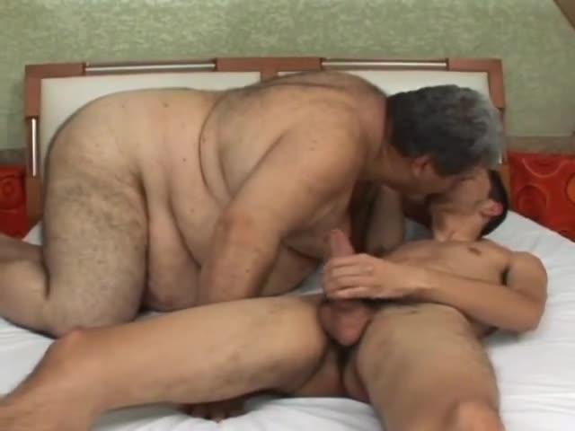 Gordo maduro es follado por un chico flaco