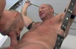 Doi gay bisexuali fac sex cu perversiuni