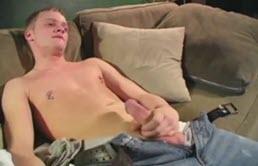 Masturbazione con un giovane con il cazzo duro