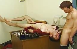 Sex anal si oral pe birou cu doi excitati